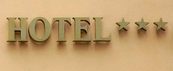 Szálláskereső, hotel felirat